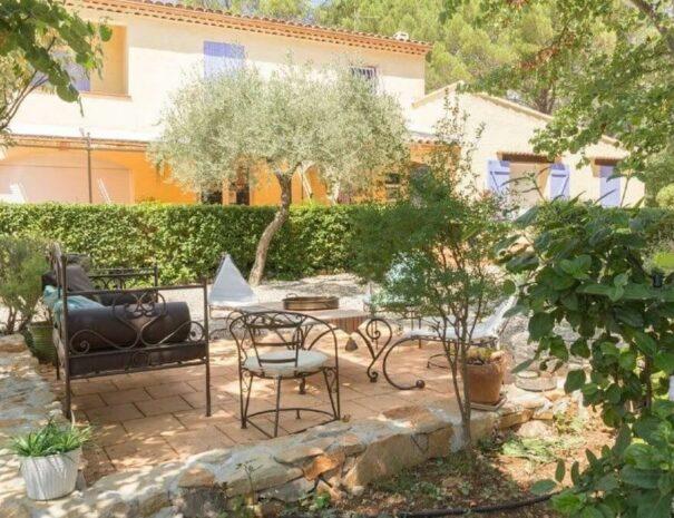 espaces extérieurs et salon d'été dans une location de vacances provence verte
