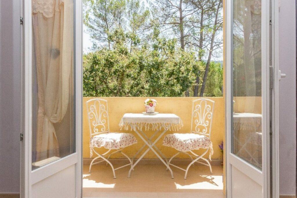 """balcon avec vue sur le jardin de la chambre d'hote 83 """"fleur de passion"""""""